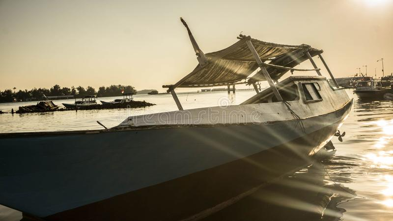 Dalende boot traditioneel met houten kleur en zonnig zonlicht stock fotografie