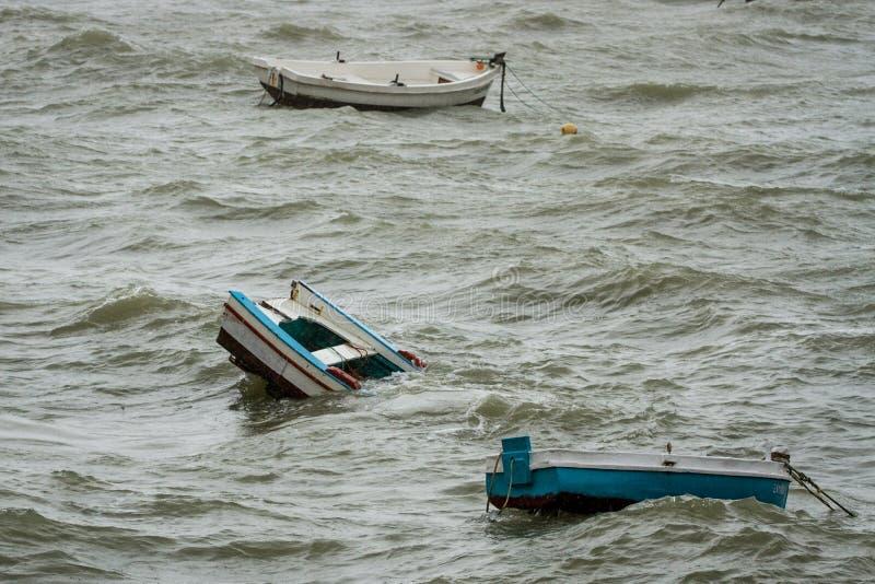 Dalende boten in Cadiz stock foto's