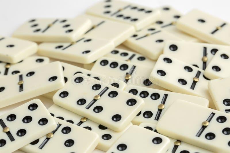 Dalende Domino's Het dominospel stock fotografie