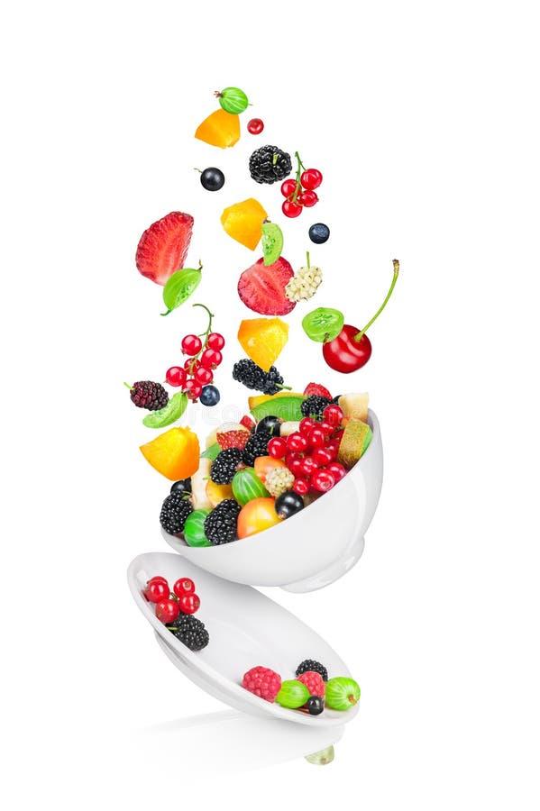 Dalende fruitsalade met de ingrediënten in de lucht stock fotografie