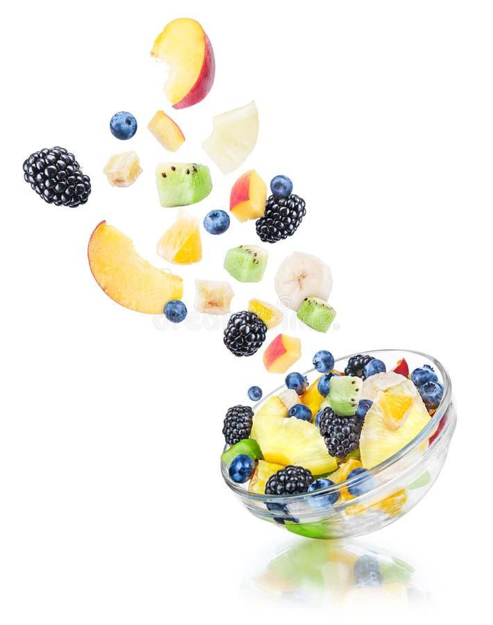 Dalende fruitsalade met de ingrediënten in de lucht stock afbeeldingen