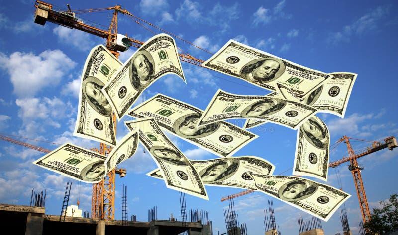 Dalende nota's van Amerikaanse dollar tegen kranen stock fotografie