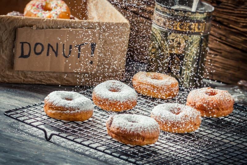 Dalende poedersuiker op donuts royalty-vrije stock foto