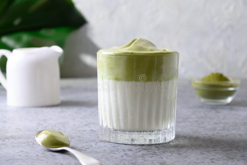 Dalgona Iced Matcha tea Witte eitjes met matchthee worden toegevoegd aan melk met ijs stock afbeelding
