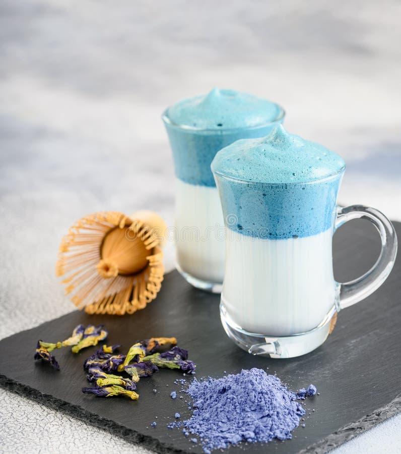 Dalgona Matcha Blue Latte, een griezelige matcha in glas stock foto's