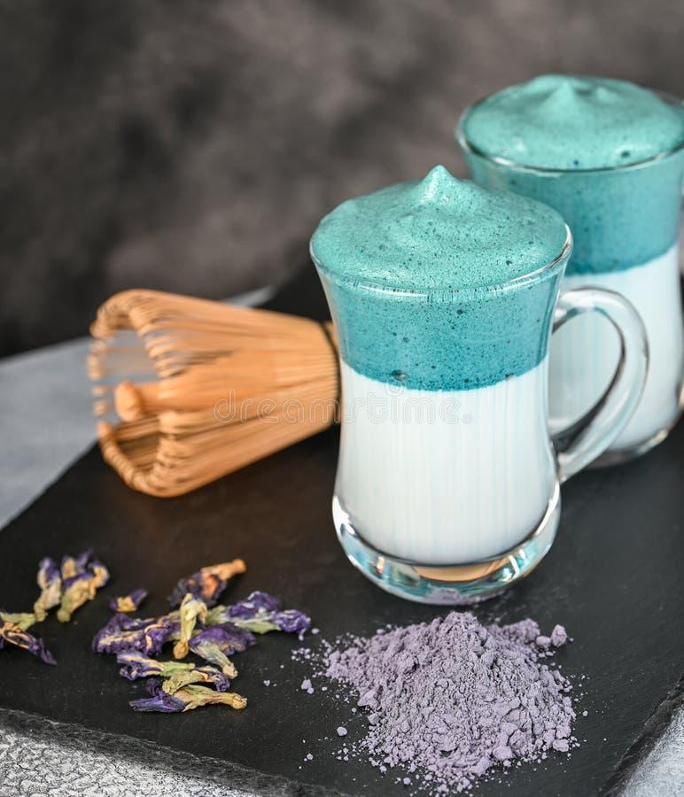 Dalgona Matcha Blue Latte, een griezelige matcha in glas stock afbeelding