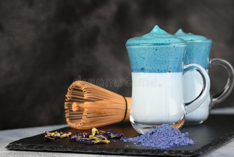 Dalgona Matcha Blue Latte, een griezelige matcha in glas stock foto