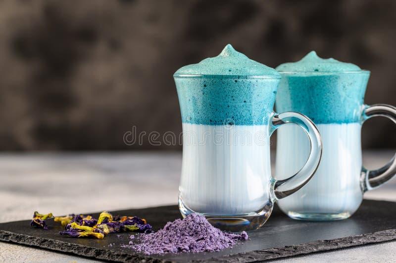 Dalgona Matcha Blue Latte, een griezelige matcha, op lichte achtergrond stock afbeelding