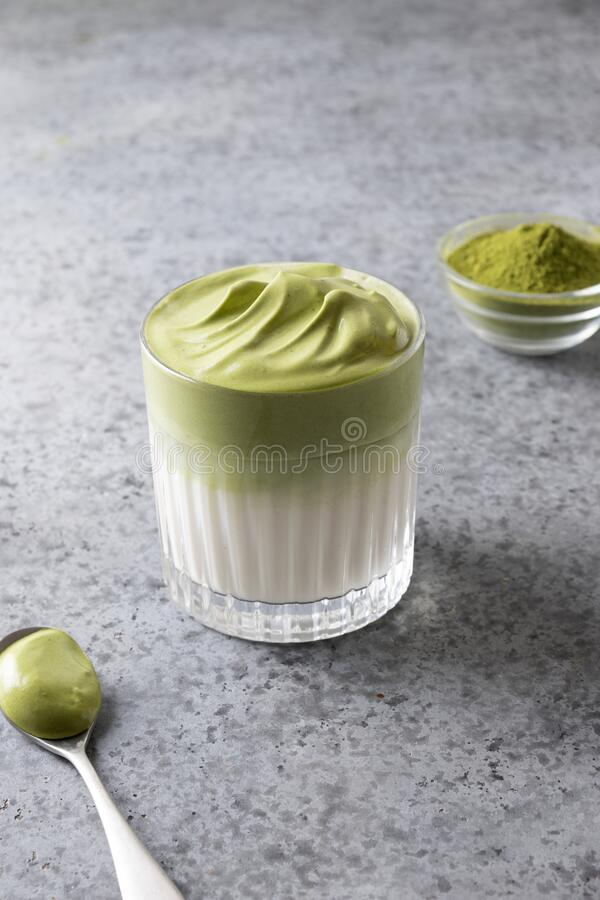 Dalgona's met Matcha latte met griezelige matcha Verticaal formaat royalty-vrije stock foto