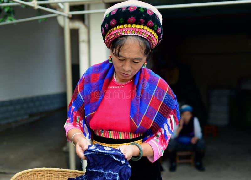 Dali, China 16. August 2013: Eine Frau lässt Batiken in einem Markt verkaufen stockfoto