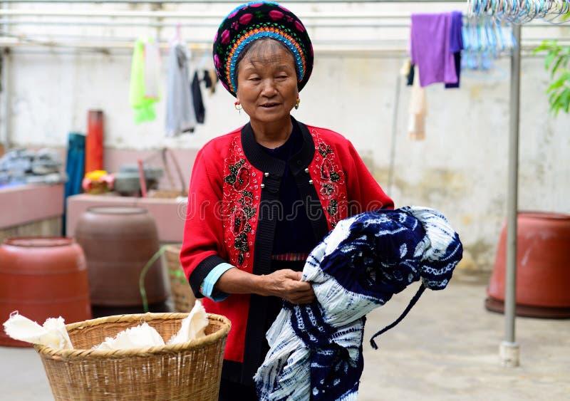 Dali, China 16. August 2013: Eine Frau lässt Batiken in einem Markt verkaufen stockbilder