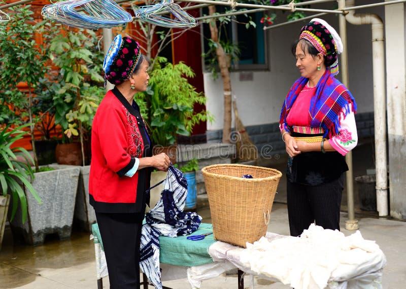 Dali, China 16. August 2013: Frauengespräch bei der Herstellung von Batiken lizenzfreies stockbild