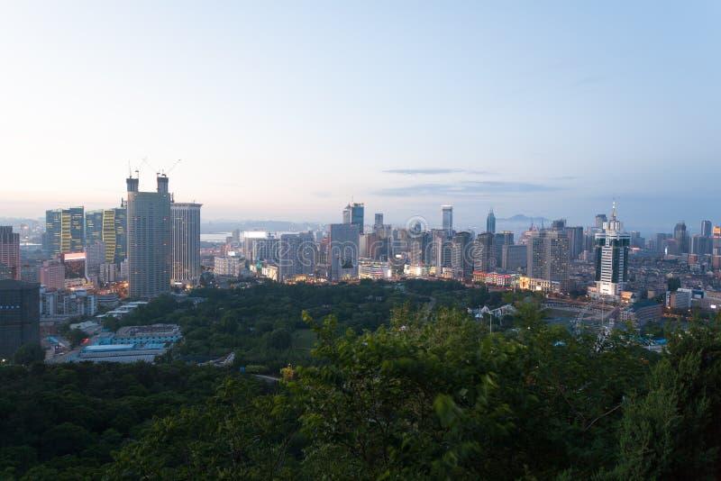 Dalian stad i aftonen arkivfoton