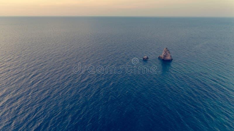 Daling onderaan mening van blauwe overzees met rotsen royalty-vrije stock foto's