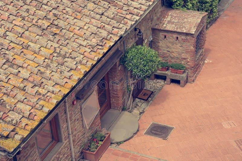 Daling onderaan mening van traditionele baksteen gelegde binnenplaats royalty-vrije stock foto's