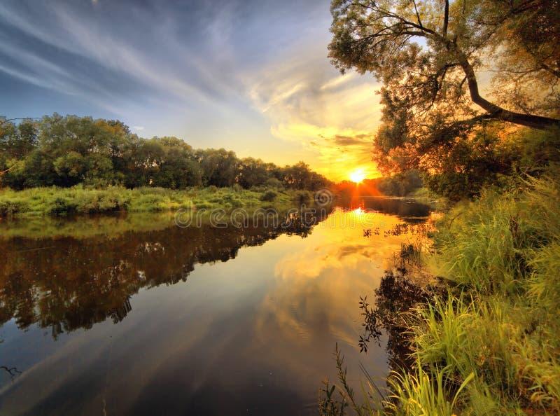 Daling op de houten rivier royalty-vrije stock fotografie