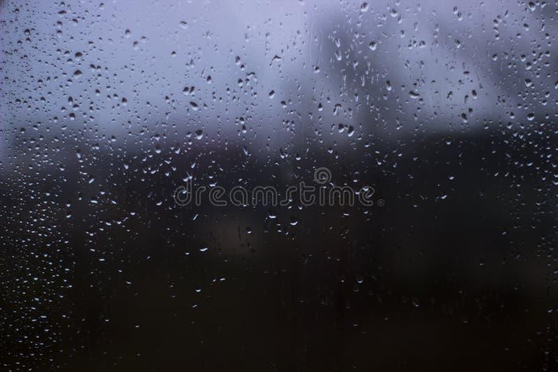 Daling van water na regen op het venster Achtergrond met daling van water stock foto