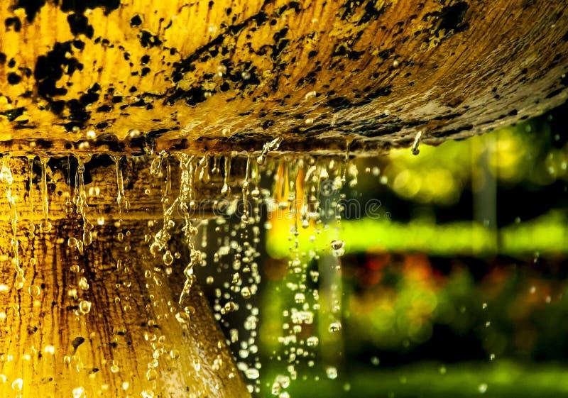 Dalingen die in fontein vallen stock afbeelding