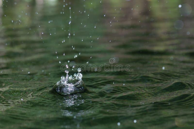 Dalingen die van water in pool vallen royalty-vrije stock foto
