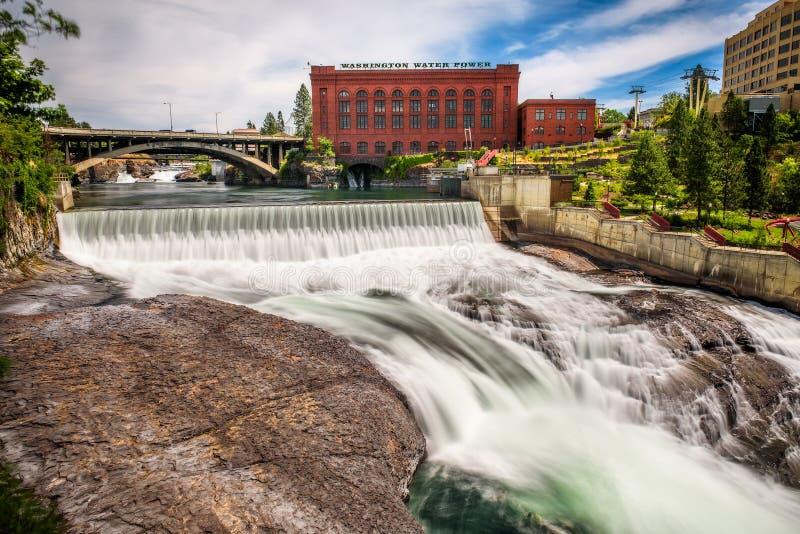 Dalingen en het Washington Water Power-gebouw langs de rivier van Spokane stock afbeeldingen