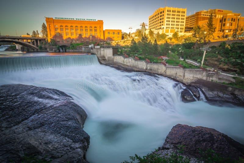 Dalingen en het Washington Water Power-gebouw langs Spokane royalty-vrije stock afbeeldingen