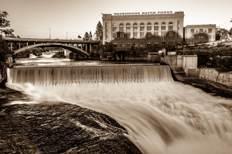 Dalingen en het Washington Water Power-gebouw langs Spokane royalty-vrije stock fotografie