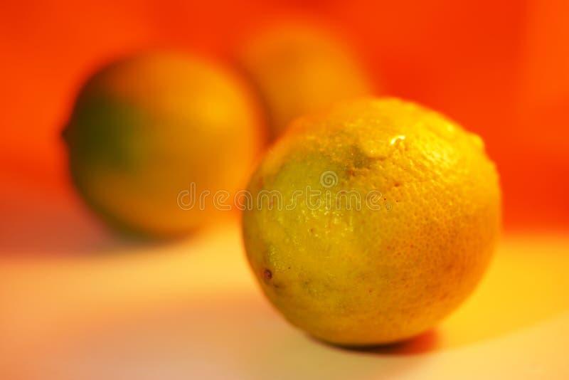 Dalingen op citroen stock foto's