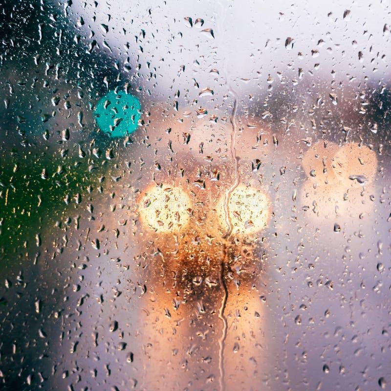 Dalingen op glas na regen royalty-vrije stock fotografie
