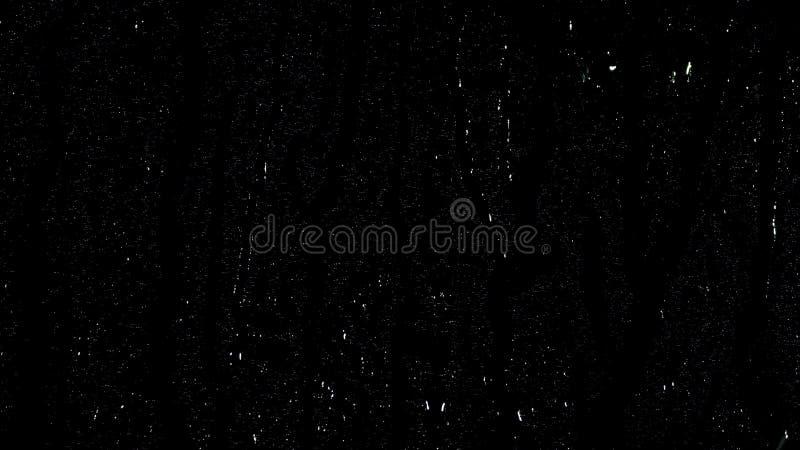 Dalingen van regen die neer op zwarte achtergrond druppelen Voorraadlengte Druppeltjes van water bij het zwarte glas lopen als ac royalty-vrije stock afbeeldingen