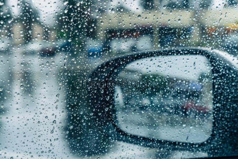 Dalingen van regen op het venster en op de vleugelspiegel royalty-vrije stock fotografie