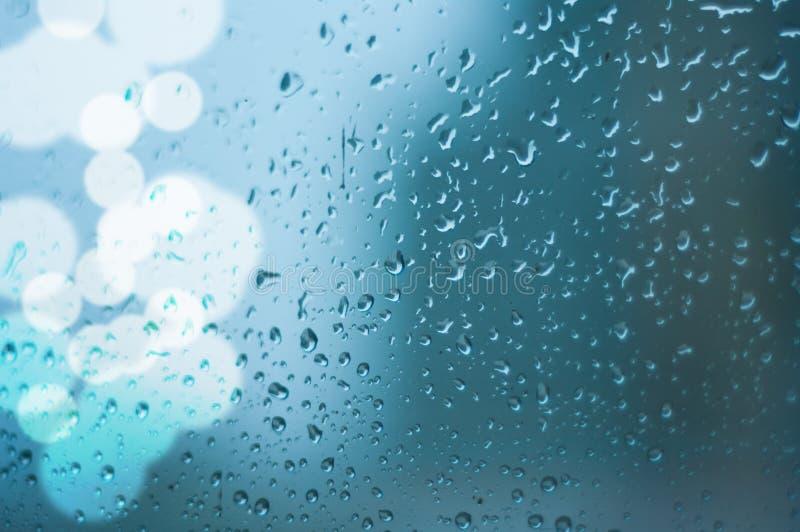 Dalingen van regen op vensterglas stock fotografie