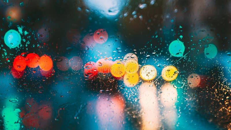 Dalingen van Regenwater in Nacht of Avondstraatlantaarns op Blauwe Glasachtergrond De Lichten van straatbokeh uit Nadruk De herfs royalty-vrije stock foto