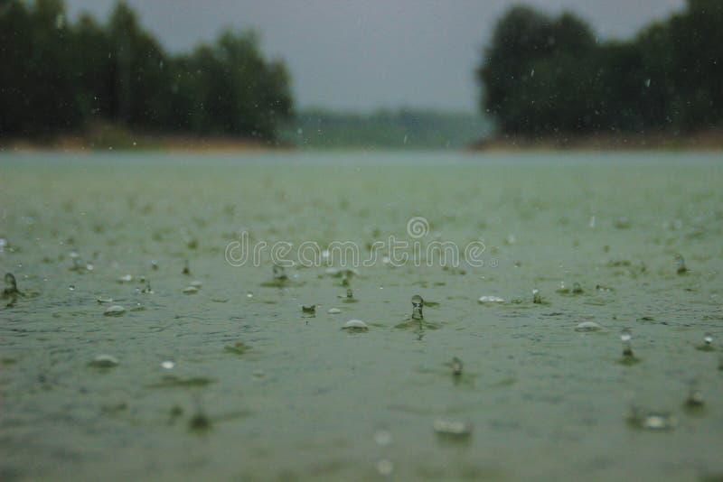 Dalingen van water die in zware regen schuimen royalty-vrije stock foto's