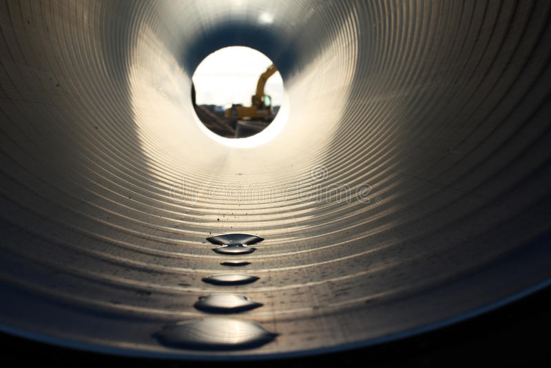 Dalingen van water in een pijp royalty-vrije stock afbeeldingen