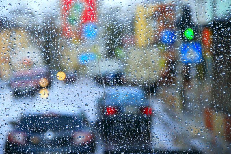 Dalingen van water het dalen op glas tijdens regen  stock fotografie