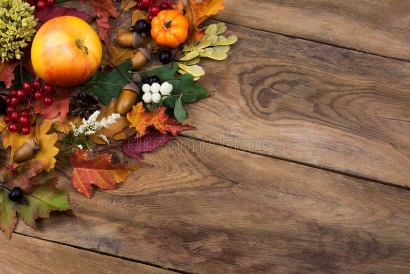 Dalings rustieke groet met bladeren, appelen en bes, exemplaarruimte royalty-vrije stock fotografie