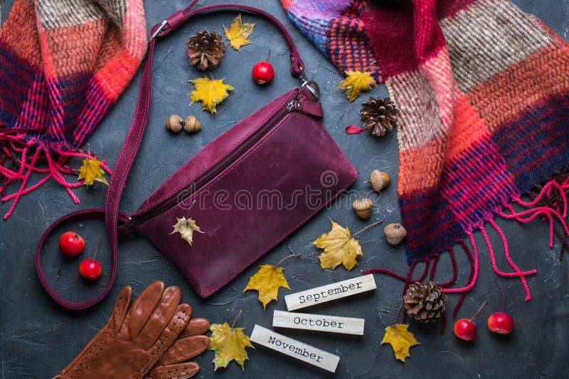 Dalingsconcept Vlak leg, hoogste mening De herfstkader met toebehoren, gele bladeren en houten kalender royalty-vrije stock foto's