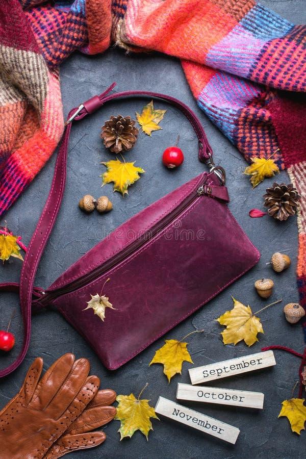 Dalingsconcept Vlak leg, hoogste mening De herfstkader met toebehoren, gele bladeren en houten kalender stock afbeeldingen