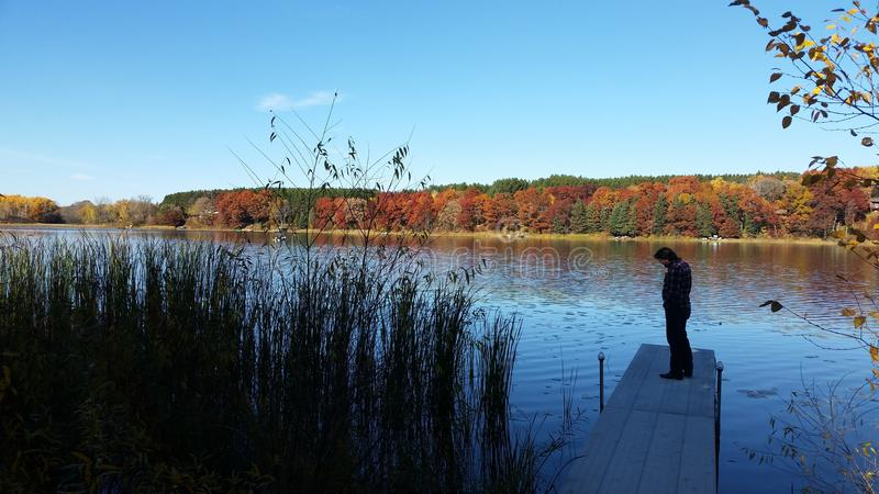 Dalingskleuren op het meer stock afbeeldingen