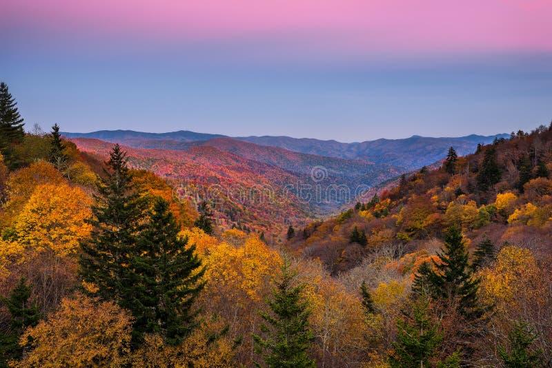 Dalingskleuren, schemering, Rokerige bergen stock fotografie