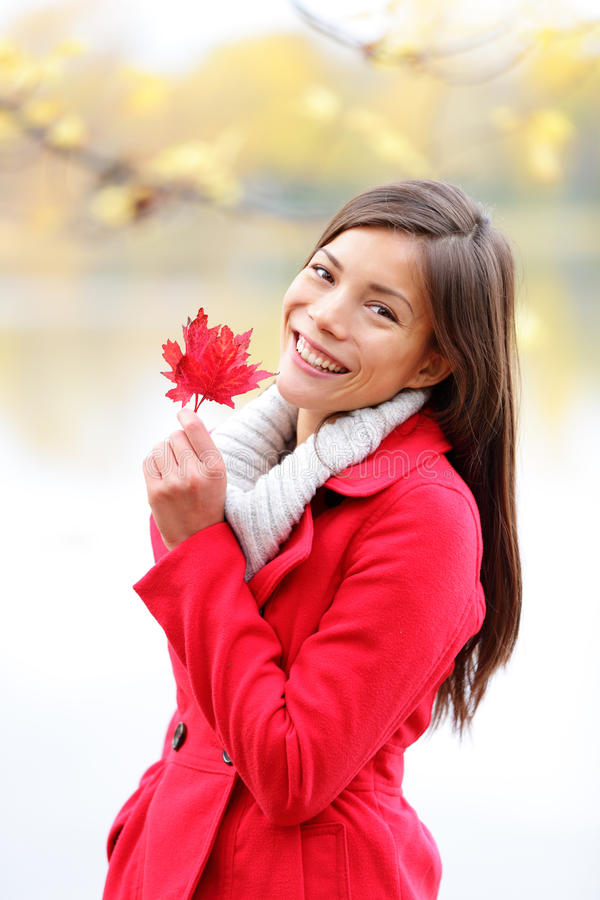 Dalingsmeisje die rood de Herfstverlof buiten houden royalty-vrije stock afbeelding