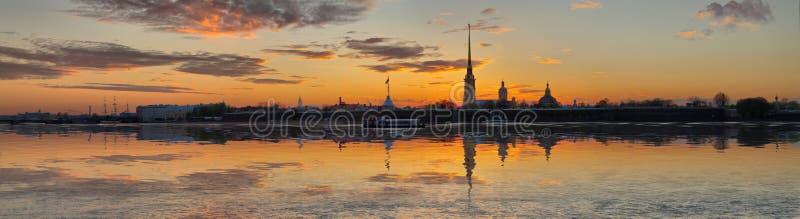 Dalingspanorama over Neva in St. Petersburg stock foto's