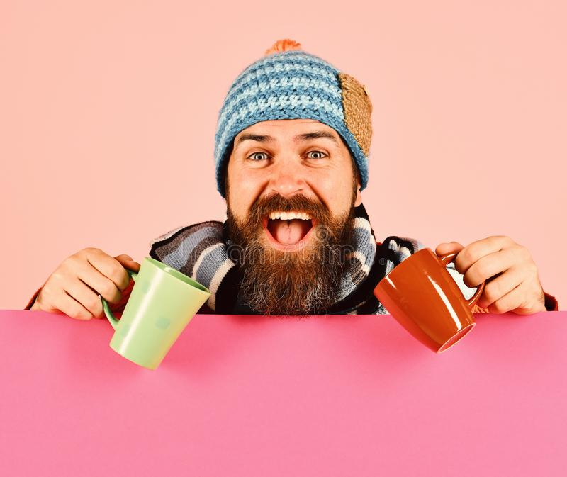 Dalingsseizoen en hete dranktijd Kerel met vrolijk gezicht stock afbeeldingen
