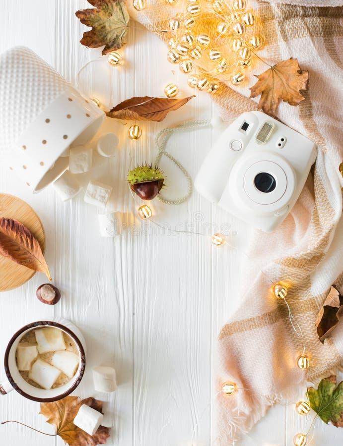 Dalingsstilleven met gele bladeren, coffe met heemst en stock foto