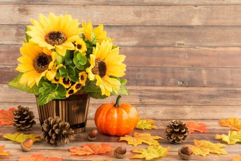 Dalingsstilleven met Zonnebloemen, Bladeren, Eikels en Pompoen stock afbeelding