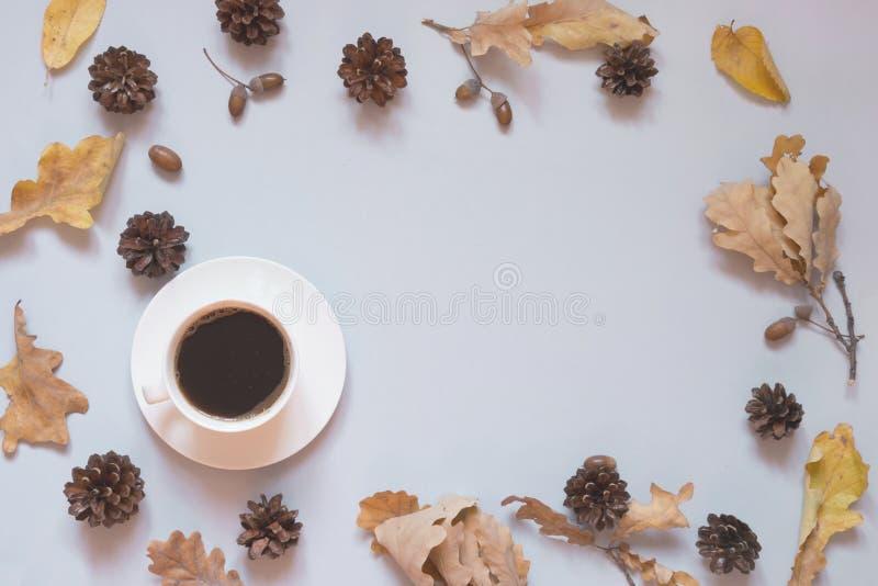 Dalingsstilleven, zwarte koffie en de herfstbladeren voor comfortabel en het verwarmen Hoogste mening, exemplaarruimte Het concep royalty-vrije stock foto's