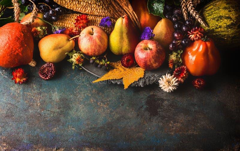 Dalingsvruchten en groenten op donkere rustieke houten achtergrond, hoogste mening, grens royalty-vrije stock afbeeldingen