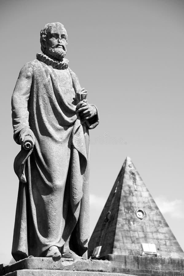 Dalkyrkogårdstaty och Salem Rock Pyramid royaltyfria bilder