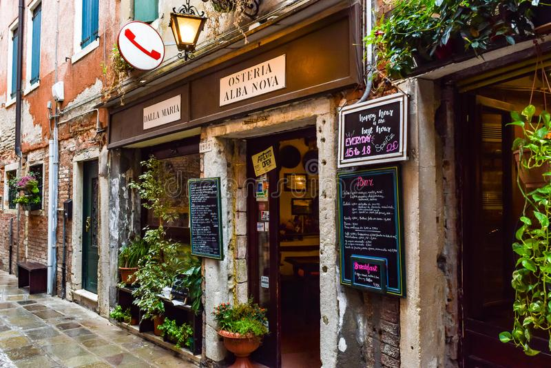 Dalla Maria van Osteriaalba nova, een kleine familie bezat Restaurant in Venetië, Italië royalty-vrije stock foto