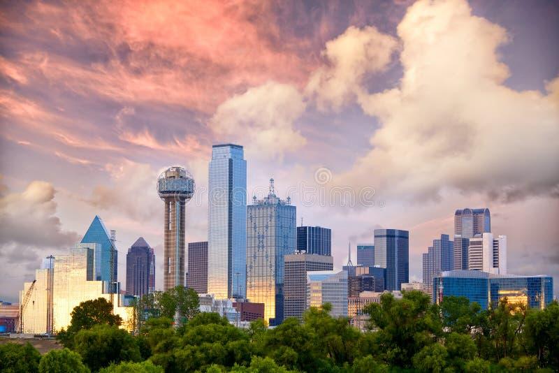 Dallas bei Sonnenuntergang stockbild